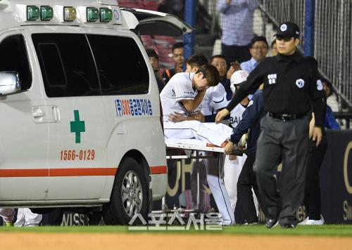 [SS포토]두산 김재호, 수비 도중 김재환과 충돌하며 어깨 부상