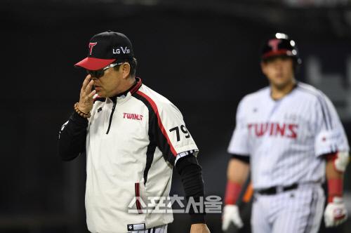 [SS포토]타자와 코치들 불러들이는 양상문 감독