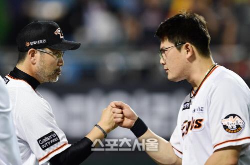 포토 한용덕 감독 역전 스리런포 주인공 이성열과 하이파이브