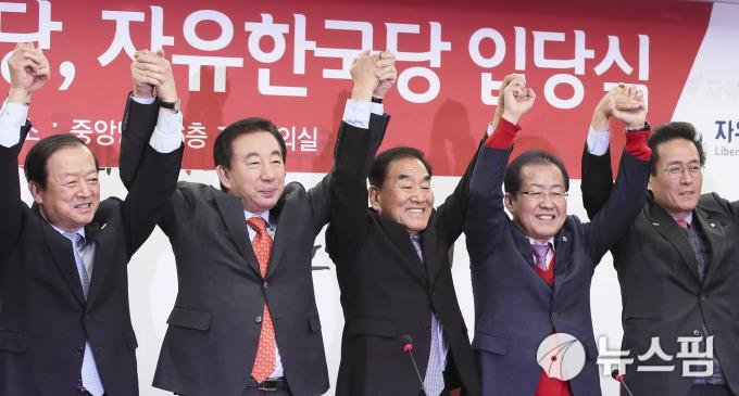 뉴스핌 포토 이재오 자유한국당 입당 ¨통합된 한국 우파진영¨