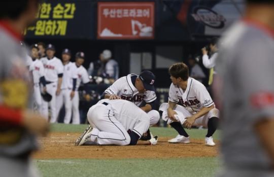 """박건우 동료들 격한 세리머니에 기절 모습 포착…""""누군가 뒤통수를 너무 세게 때려"""""""