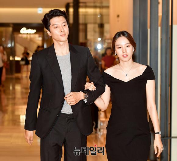 [포토] 백화점에 등장한 이동건-조윤희 부부
