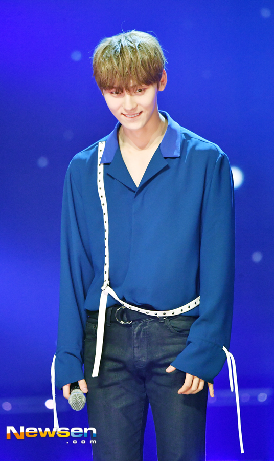 [포토엔HD화보] 워너원 황민현 '얼굴 전체가 별빛처럼 빛나는 황제의 비주얼'