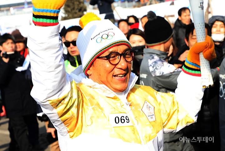 포토 평창동계올림픽 성화봉송하는 성룡