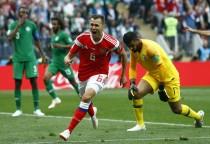 `가진스키 선제골·체리셰프 추가골` 러시아, 사우디에 2-0 리드… 전반 종료