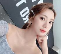 롤챔스 여신 권이슬, 인형같은 큰 눈망울 뽐내며 새침한 모습 '찰칵'…오프숄더 의상 '눈길'