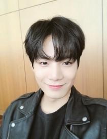 '러브캐처' JR 김종현 일상샷… 입꼬리가 아름다운, 테리우스 같은 '미소' 심쿵