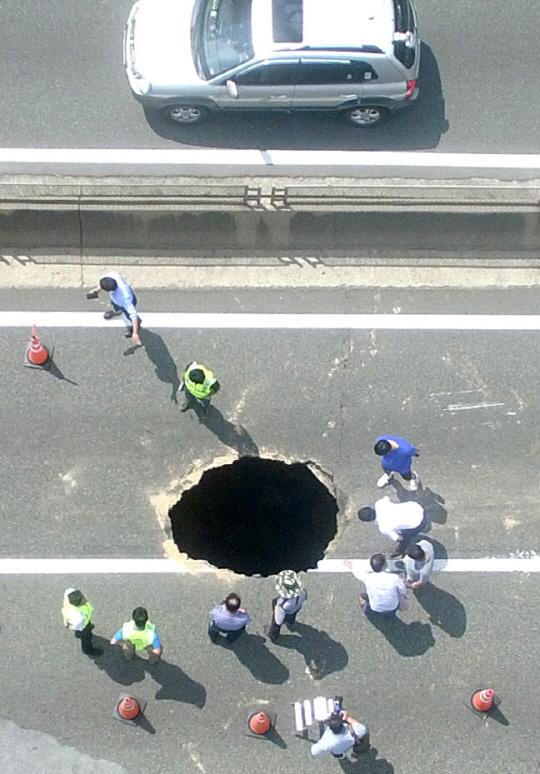 부산 대형 싱크홀, 수도관·지하수도 없는 도로에 왜 생겼나?