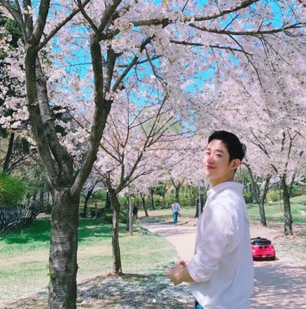 """'밥 잘 사주는 예쁜 누나' 정해인, 벚꽃나무 아래서 찰칵 """"촬영 중 뜻밖의 꽃놀이"""""""