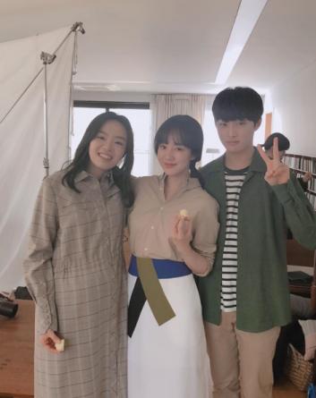 """임수정 영화 '당신의 부탁' 포스터 촬영현장 인증샷 보니? """"사랑스러운 상희씨와 찬영이와 함께"""""""