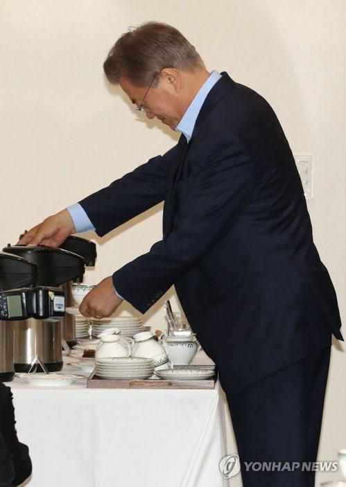 """'외모 패권주의' 비판받는 청와대…""""'노룩패스'와 대비되는 커피모델"""""""