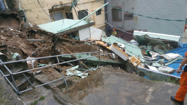부산 폭우로 주택 '붕괴'...구조신고만 143건, 침수로 도시기능 '마비'