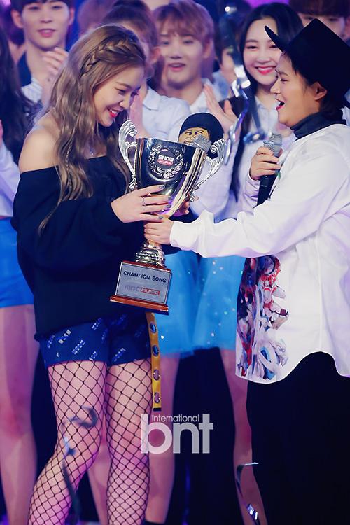 [bnt포토] 레드벨벳 예리 `아이린, 슬기, 조이 대신해서 1위 트로피 받아요`