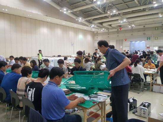 경남 최다 인구 창원 개표소 '진땀 뺀 개표'
