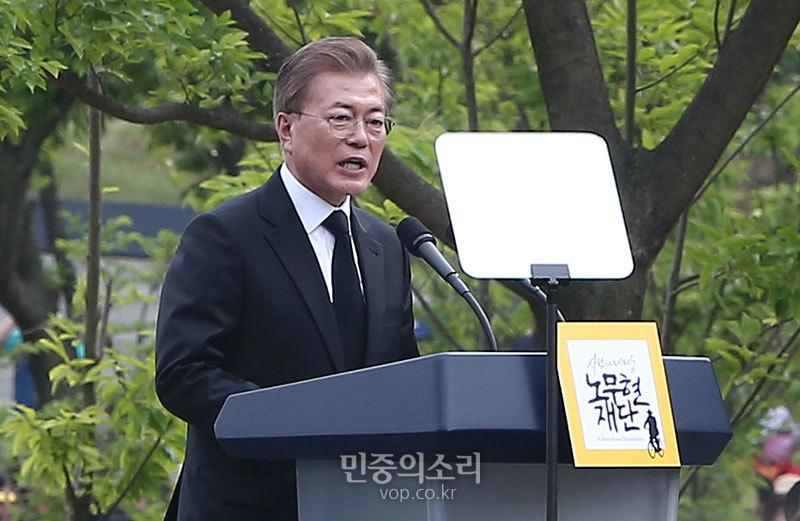 고 노무현 전 대통령 추모하는 문재인 대통령[포토]