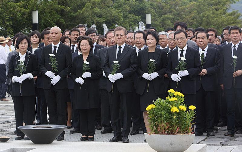 헌화하는 문재인 대통령[포토]