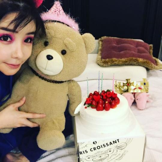 """""""강렬한 눈 메이크업"""" 박봄이 올린 근황 사진"""