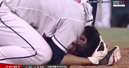 """박건우, 양의지 배트에 머리맞고 기절… 팬들 """"팀킬도 아니고"""" 눈살"""