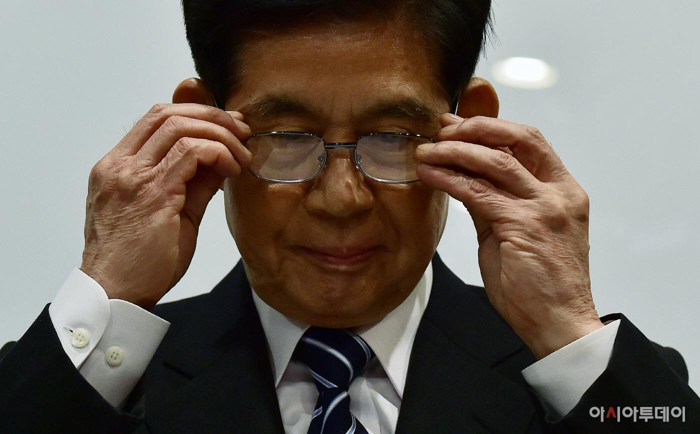 [포토] 안경 쓰는 정호영 전 BBK 의혹사건 특검