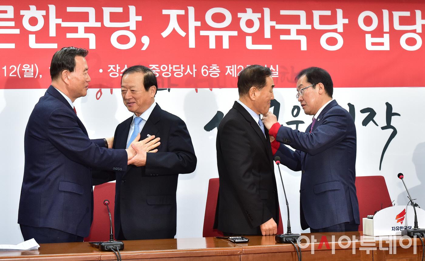 포토 자유한국당 입당 태극기 배지 다는 이재오최병국