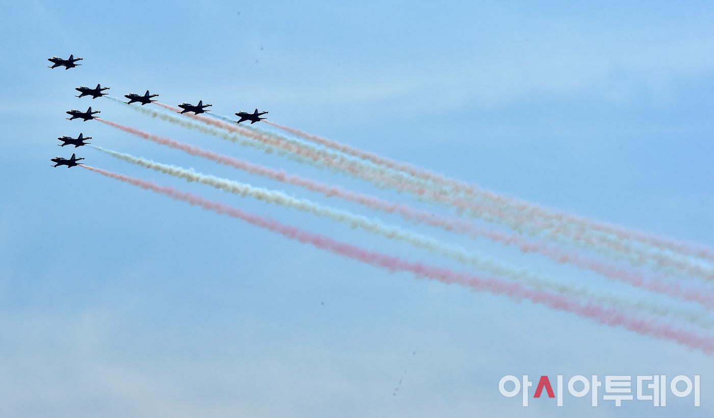 [포토] 서울 하늘에 펼쳐진 블랙이글스 비행