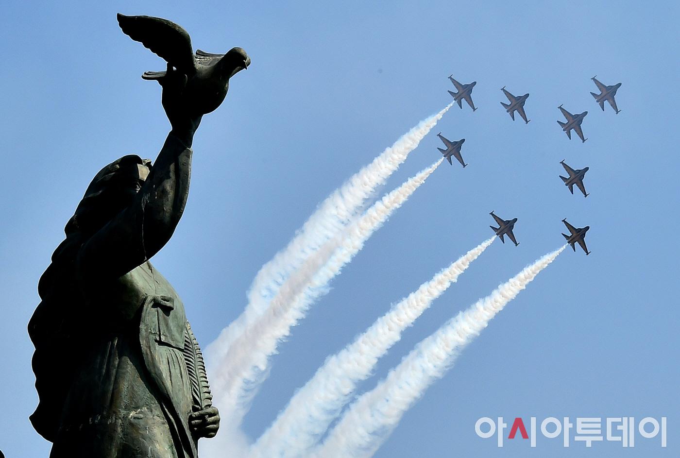 [포토] 대한민국 공군 특수비행팀 블랙이글스의 화려한 비행