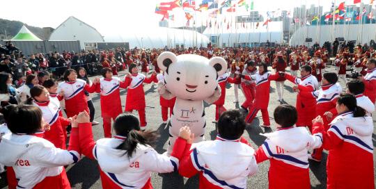 포토평창동계올림픽강강술레하는북한응원단