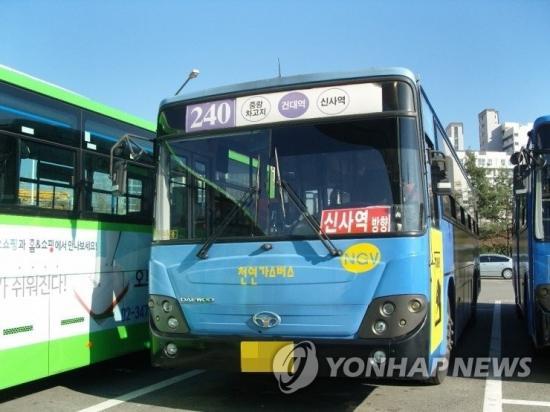 """'논란' 240번버스 CCTV, 당사자 공개거부 왜?...목격자 """"아이母 8차선 진입후 문개방·유턴 지시"""""""