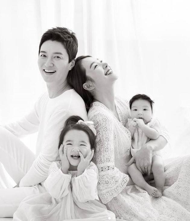 """소이현-인교진, 두 딸과 행복한 가족사진 공개 """"두 배로 행복해"""""""