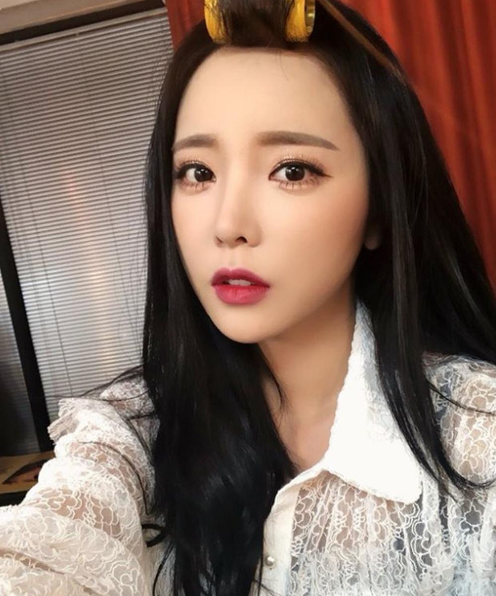 """[근황] '인생술집' 홍진영, 인형美 가득…""""이거 업뎃하고 잠시 끼절"""""""
