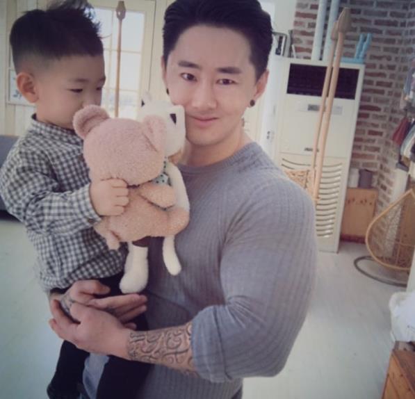 '희귀병 투병' 간종욱, 과거 건강했던 모습 보니…엄청난 팔근육 아들 안고