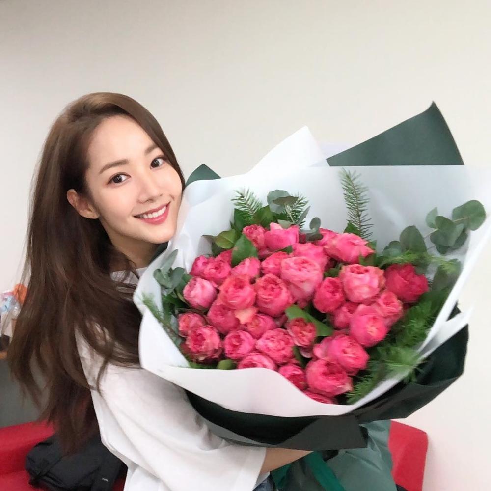 '김비서가 왜 그럴까' 박민영, 꽃보다 눈길가는 아름다운 미소