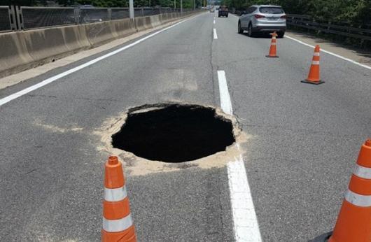"""부산 싱크홀, 충격적인 크기의 구멍 발생 이유는? """"금 간 도로가 서서히 무너지더니…"""""""