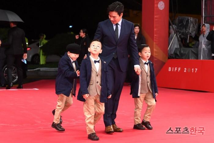 송일국 `삼둥이와 부산 나들이~`…훌쩍 자란 삼둥이들(부산국제영화제)