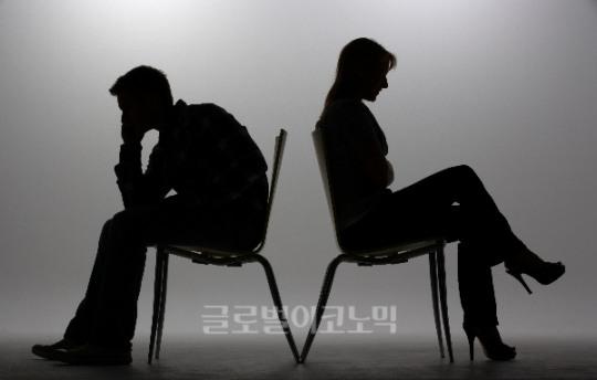 """탁현민 둔 잡음 온라인서도 '갑론을박'… """"표현의 자유"""" vs """"대통령에 피해"""""""