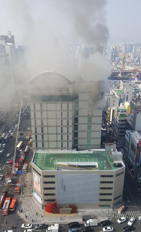 울산 뉴코아아울렛, 매캐한 회색빛 연기 건물 밖 하늘로 솟아 어떻게 화재 발생했나 봤더니