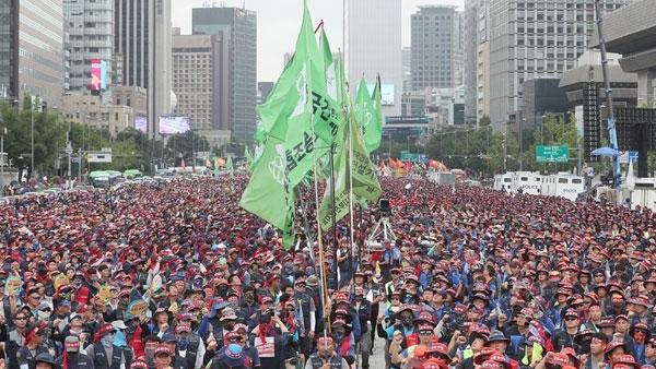 """""""일요일도 없는 건설현장 존중해달라"""" 건설노동자 3만명 총파업 상경투쟁… 임금인상·고용안정의 등 요구"""