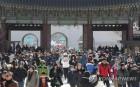 올림픽 응원, 가족 나들이 차분한 설 연휴…고속도로는 정체