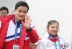 [올림픽] 반갑게 인사하는 김주식-렴대옥