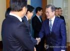 박상기 법무부 장관과 인사하는 문 대통령