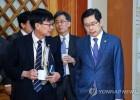 얘기 나누는 박상기 법무장관과 김상조 공정거래위원장