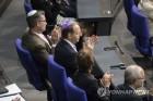 베를린 시민, 유대인 모자 키파 쓰고 시위…의회서도 키파 등장종합