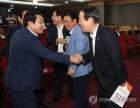 악수하는 김종석 의원