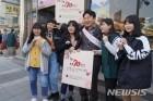"""원희룡 지사 """"국민 가슴에 동백꽃을""""…배지달기 자원봉사"""