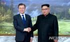 악수하는 문재인 대통령-김정은 위원장