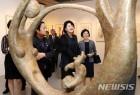 김정숙 여사, 中예술가 한메이린 전시회 참석하며 '문화 외교'