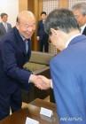 악수하는 박경서 대법관후보추천위원장
