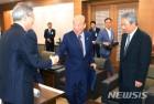 박경서 대법관후보추천위원장 악수