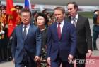 러시아 의장대 사열하는 문재인 대통령