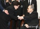 김종필 전 총리 별세, 생전 이희호 여사와 악수하는 모습